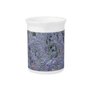 Flores púrpuras jarra de beber