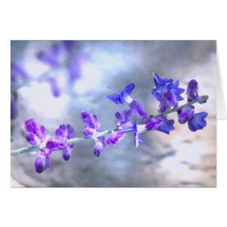 Flores púrpuras que brillan intensamente tarjeta de felicitación