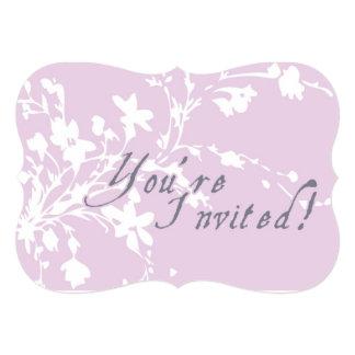 Flores púrpuras que casan la invitación invitación 12,7 x 17,8 cm