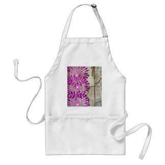 Flores púrpuras rosadas de madera del granero rúst delantal