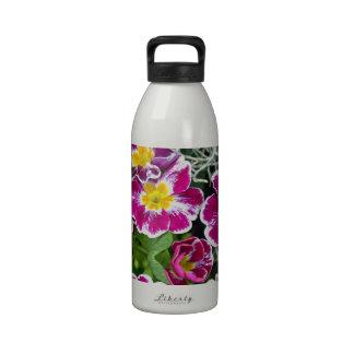 Flores púrpuras y amarillas de la primavera botella de agua reutilizable