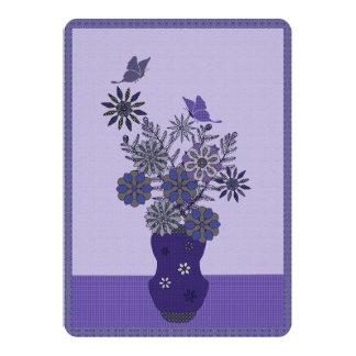 """Flores púrpuras y arreglo de la mariposa invitación 5"""" x 7"""""""