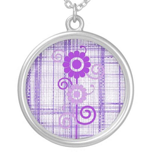 Flores púrpuras y blancas con el collar de la tela