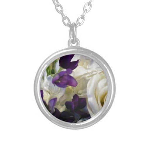 Flores púrpuras y blancas joyerías