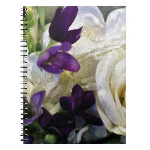 Flores púrpuras y blancas libro de apuntes