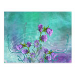 Flores púrpuras y notas musicales postal