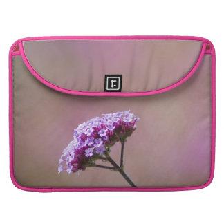 Flores púrpuras y rosadas macras funda macbook pro