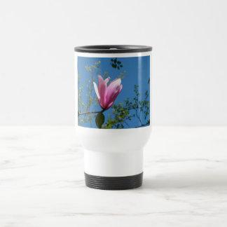 flores púrpuras y rosadas, magnolia, cielo azul taza de viaje de acero inoxidable