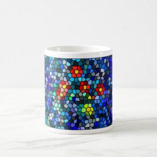 Flores que emergen en mosaico del agua taza de café