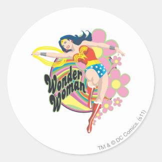 Flores retras de la Mujer Maravilla Etiqueta Redonda
