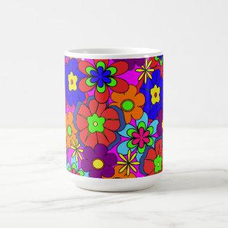 Flores retras del hippy en rosas taza de café