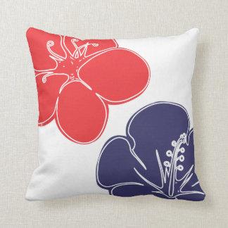 Flores rojas, blancas y azules del hibisco cojín