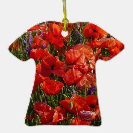 Flores rojas de la amapola adorno de cerámica en forma de playera