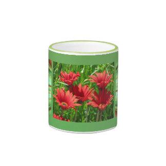 Flores rojas de la margarita anaranjada taza de dos colores