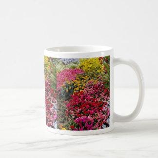 Flores rojas de las flores taza básica blanca