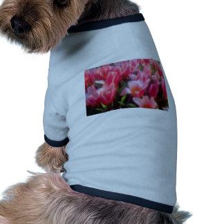 Flores rojas de los tulipanes del placer del coraz camisetas de perro