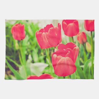 Flores rojas de los tulipanes toalla de mano