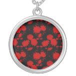 Flores rojas del collar en negro