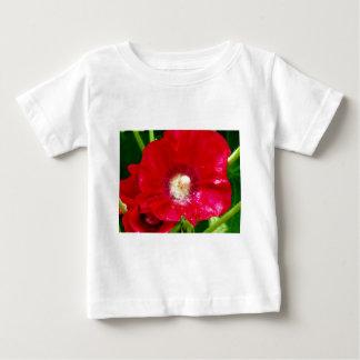 Flores rojas del Hollyhock Playera De Bebé