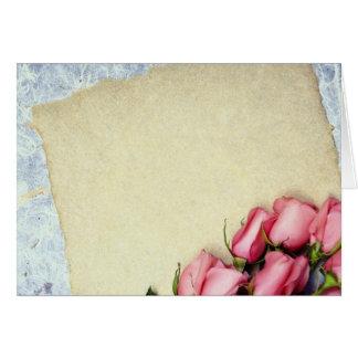 Flores rojas del rosa y de papel felicitacion