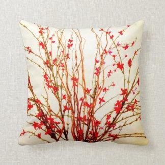 Flores rojas en la almohada de tiro del moreno