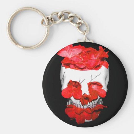 Flores rojas en un cráneo llaveros