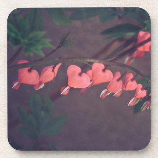 Flores rojas posavasos de bebida