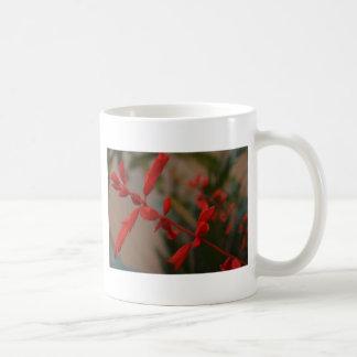 Flores rojas taza básica blanca