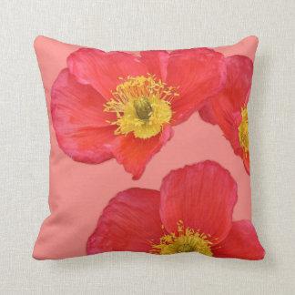 Flores rojas y amarillas de la amapola almohada