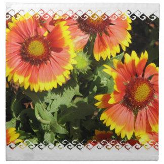 Flores rojas y amarillas fijadas de cuatro servilleta