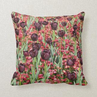 Flores rojas y tulipanes oscuros cojin
