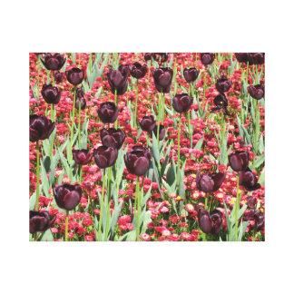 Flores rojas y tulipanes oscuros lona estirada galerías