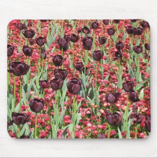 Flores rojas y tulipanes oscuros tapete de raton