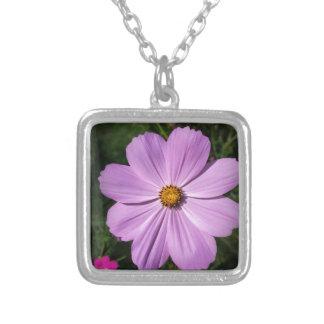 flores rosadas brillantes collar plateado