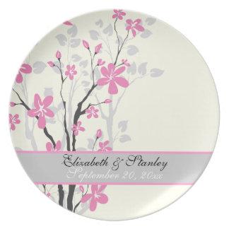 Flores rosadas de la magnolia que casan la placa d plato