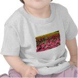 Flores rosadas de las petunias multicoloras camiseta