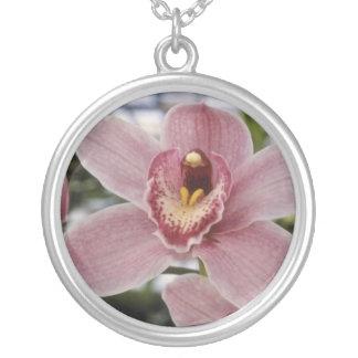 """Flores rosadas de Lilian Stewart """"Nadine"""" (Cymbidi Joyeria"""