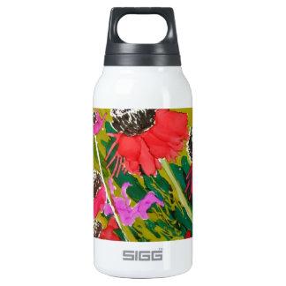 Flores rosadas del cono que se sacuden en la brisa botella isotérmica de agua