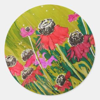 Flores rosadas del cono que se sacuden en la brisa pegatina redonda