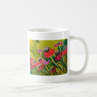 Flores rosadas del cono que se sacuden en la brisa taza de café