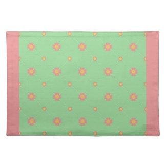 Flores rosadas en el remiendo verde Placemat Mantel