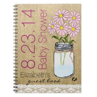 Flores rosadas en libro de huésped de la fiesta de notebook