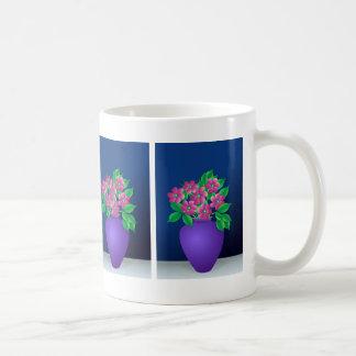 Flores rosadas en un florero taza de café