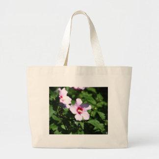 Flores rosadas en verde bolsa de tela grande