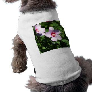 Flores rosadas en verde playera sin mangas para perro