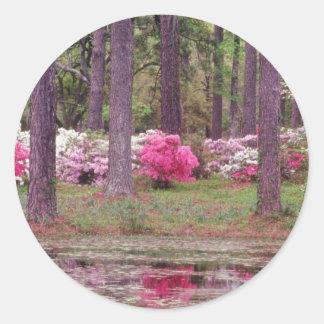 Flores rosadas entre las flores de los árboles pegatina