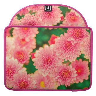 Flores rosadas hermosas de las dalias funda para macbook pro