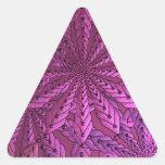 Flores rosadas metálicas del arte del fractal pegatina triangular