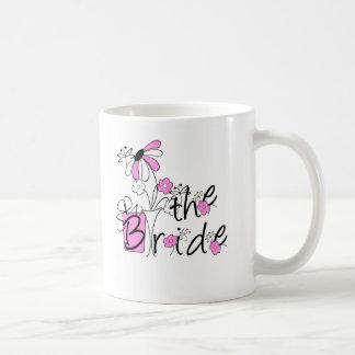 Flores rosadas/negras la novia taza básica blanca
