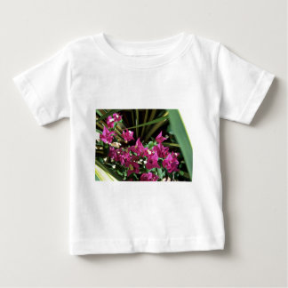Flores rosadas oscuras de las flores tshirts